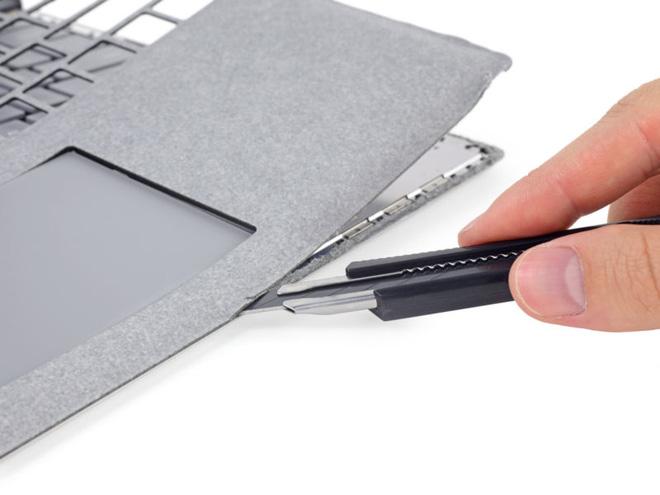 Chỉ có một cách để mở Surface Laptop là cắt lớp vải trên bàn phím đi