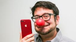 So màu đỏ của iPhone 7 với lon Coca, bóng Pokemon