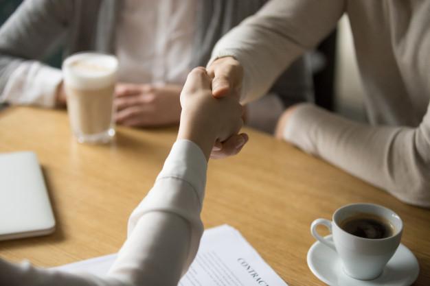 5 loại công việc phù hợp để làm từ xa Couple-handshaking-businesswoman-making-deal-cafe-close-up-view_1163-5141