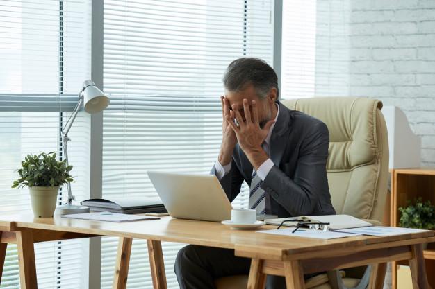"5 điều sẽ khiến bạn lọt vào ""sổ đen"" tuyển dụng Medium-shot-businessman-seated-desk-with-his-hands-his-face-frustrated-by-failure_1098-19206"
