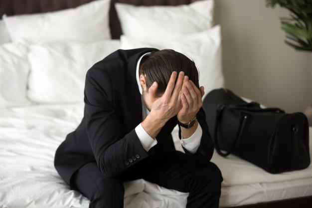 Hạ cánh nơi … đâu khi mất định hướng sự nghiệp? Stressed-upset-businessman-sitting-bed-having-headache_1163-5509