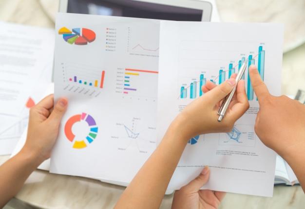 Hạ cánh nơi … đâu khi mất định hướng sự nghiệp? Top-view-workers-checking-statistical-documents_1232-845