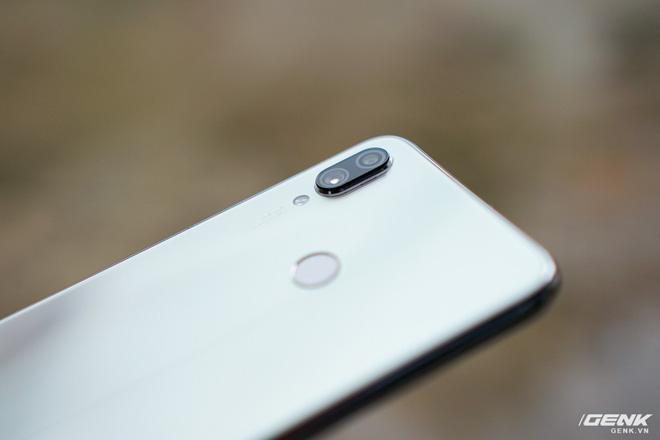 Trên tay Xiaomi Redmi Note 7 màu Trắng Ánh Trăng: viền mạ copy thiết kế iPhone, giá 4,99 triệu đồng - Ảnh 7.