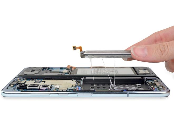 iFixit tiến hành mổ bụng Galaxy Fold để xem Samsung đã sửa nó như thế nào - Ảnh 1.