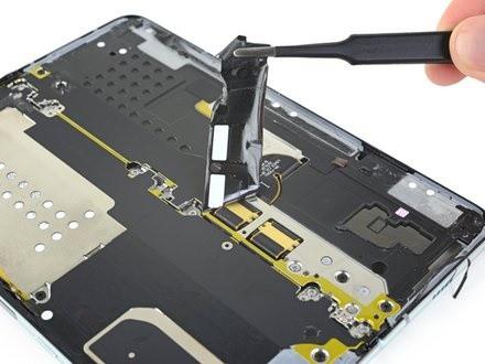 iFixit tiến hành mổ bụng Galaxy Fold để xem Samsung đã sửa nó như thế nào - Ảnh 10.