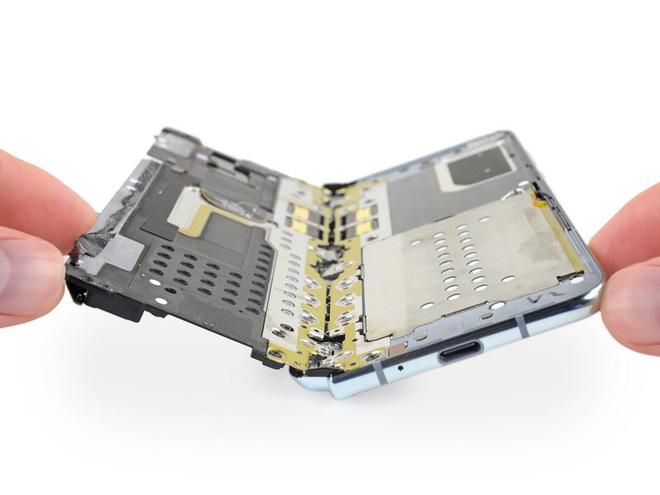 iFixit tiến hành mổ bụng Galaxy Fold để xem Samsung đã sửa nó như thế nào - Ảnh 11.