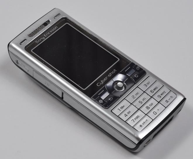 Nhìn lại Sony Ericsson K800: Chiếc điện thoại vừa ngầu vừa đa tài, bằng chứng cho một thời huy hoàng của Sony Ericsson - Ảnh 1.