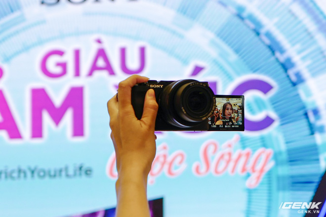 Máy ảnh thay ống kính Full Frame nhỏ nhất của Sony chính thức bán ra tại thị trường Việt Nam, giá 41,99 triệu đồng cho thân máy - Ảnh 2.