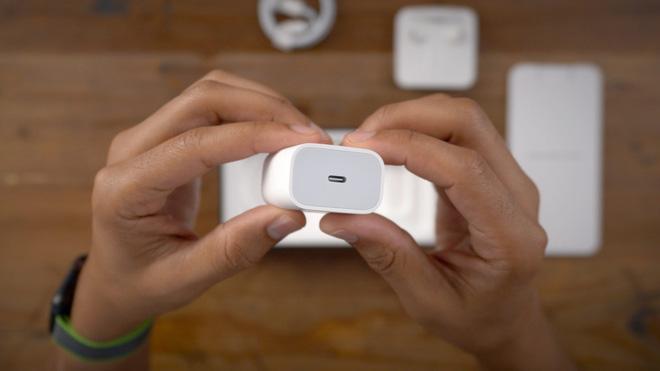 Thật không may cho môi trường, ngay cả củ sạc nhanh của iPhone 11 Pro cũng không thể sạc nhanh cho iPhone 12 - Ảnh 1.