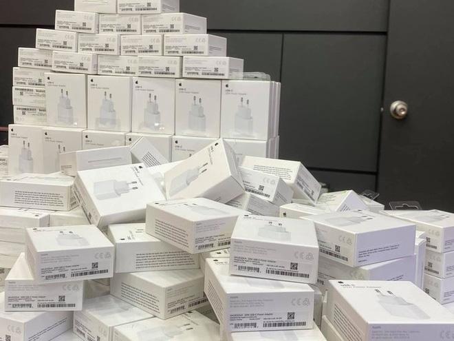 Cục sạc iPhone 12 bán chính thức tại Việt Nam dù máy chưa về - Ảnh 1.