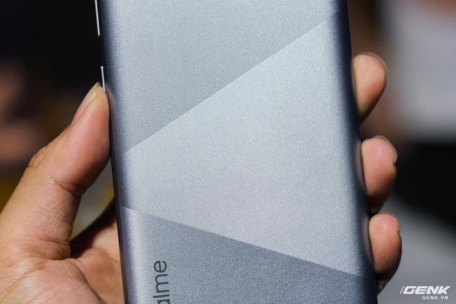 Trên tay Realme C15 tại Việt Nam: Thiết kế giống C12, thêm 1 camera sau, tăng thêm 1GB RAM, chạy Snapdragon 460, giá 4,19 triệu đồng - Ảnh 3.