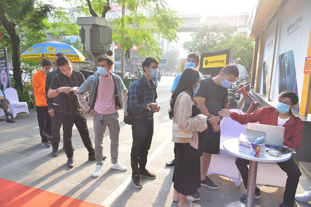 Ngày mở bán iPhone 12 tại Thế Giới Di Động: Đông nghịt khách từ online đến offline - Ảnh 2.