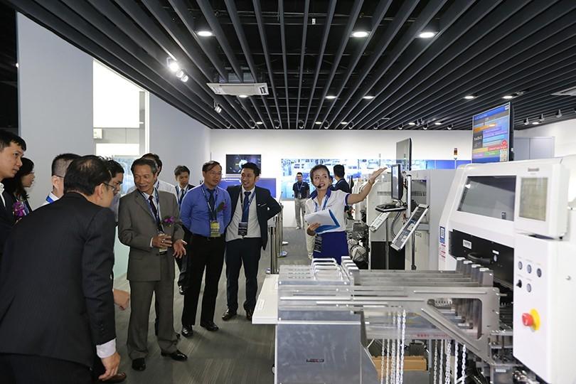 Trung tâm trưng bày công nghệ về giải pháp nhà máy Panasonic là nơi anh Hùng (thứ hai từ phải sang) thường xuyên đón tiếp khách hàng tới tham quan và làm việc.