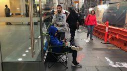 10 ngày nữa iPhone 8 mới mở bán, nhưng đã có những người đầu tiên xếp hàng trước cửa Apple Store để chờ mua