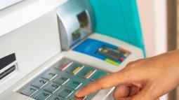 Ngân hàng khuyến cáo nên lấy tay che bàn phím khi giao dịch tại máy ATM