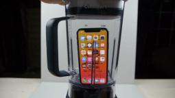 """Thử nghiệm làm món """"nước ép"""" iPhone X với máy xay sinh tố: Hồn xác chia lìa"""