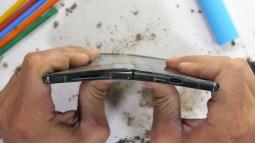 Tra tấn Galaxy Z Fold2: Màn hình vẫn dễ xước, nhưng bản lề và khung viền được nâng cấp bền hơn