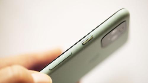 Google nói rằng khe hở giữa màn hình và thân máy của Pixel 5 là một điều rất bình thường trong thiết kế