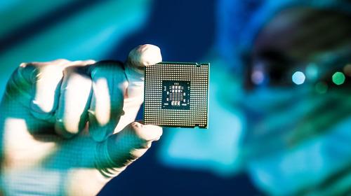 Bị đối thủ bỏ lại quá xa, Intel quyết thuê TSMC và Samsung gia công chip