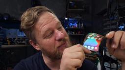 Apple còn chưa ra mắt nhưng thanh niên này đã thử tự chế một chiếc iPhone màn hình gập của riêng mình